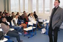 Tomáš Kábrt (vpravo) přišel debatovat se sokolovskými studenty. Vyprávěl jim o aktivitách mladých lidí, kteří se za komunismu stavěli vládnoucímu režimu.