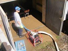 Pro čištění zaplavených prostor hasiči používali například kalové čerpadlo.