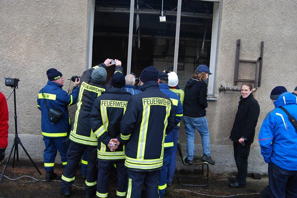 Čtrnáct kubíků dřeva mělo simulovat běžné zaplnění kanceláří. Požár monitorovalo přes sedm stovek čidel, data budou odborníci z několika koutů Evropy vyhodnocovat ještě několik týdnů