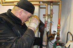 KOMINÍCI upozorňují na to, že řada vlastníků nemovitostí neprovádí pravidelné kontroly spalinových cest. Na snímku kominík Michal Staněk z Kraslic kontroluje kouřovod u kotle na tuhá paliva.