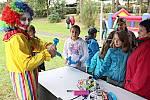 Klaun rozdával dětem balónky.