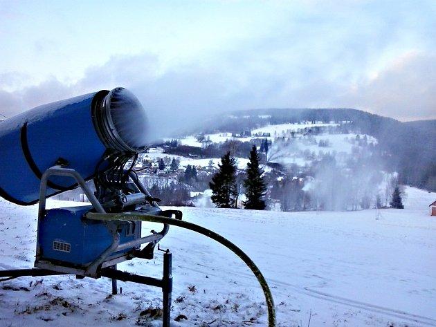 Skiareál v horské Bublavě začal zasněžovat.