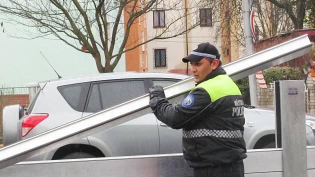 VE MĚSTECH se před nadcházející zimou na povodně myslí více. V Sokolově policisté trénovali stavbu protipovodňových valů, v Chodově se testuje lokální varovný systém.