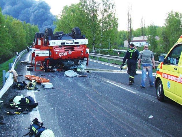 NEHODA U STARÉ CHODOVSKÉ. Tak skončilo hasičské auto po úhybném manévru. Jelo k požáru, ale do cesty mu vjelo osobní vozidlo. Pokud by řidič nestrhl včas řízení, na silnici by zřejmě zůstali mrtví.