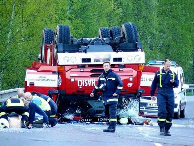 """HAVÁRIE. """"Skutečně nám nepomohlo, když se někdo kolem nehody pohyboval s kamerou nebo foťákem,"""" zlobil se velitel chodovských hasičů Jiří Kiss (na snímku uprostřed)."""