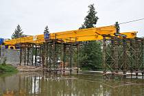 Stavba Krejcarové lávky přes Ohři se neplánovaně protáhne až do jara