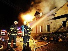Dobrovolní hasiči v Horním Slavkově drží stálou službu. Na snímku likvidují požár rodinného domu.
