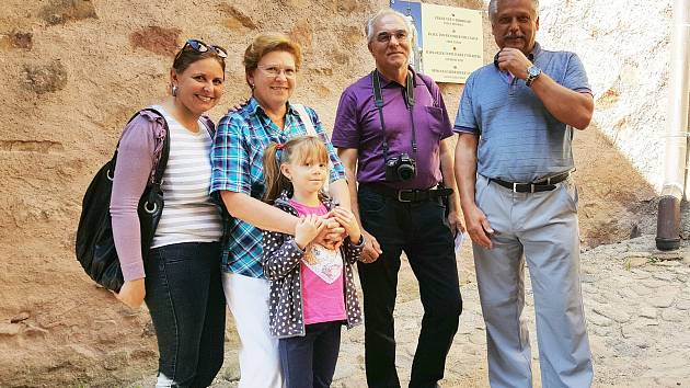 Stotisící návštěvník  Ľudovít Váry z Trnavy přijel s rodinou  na hrad již potřetí.  Tentokrát ho přivítal ředitel Václav Lojín.