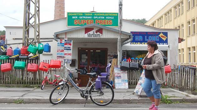 POD KAMENNÝM obchodem u hlavní silniční tepny vedoucí do  Německa našli celníci množství nelegálních cigaret a alkoholu.