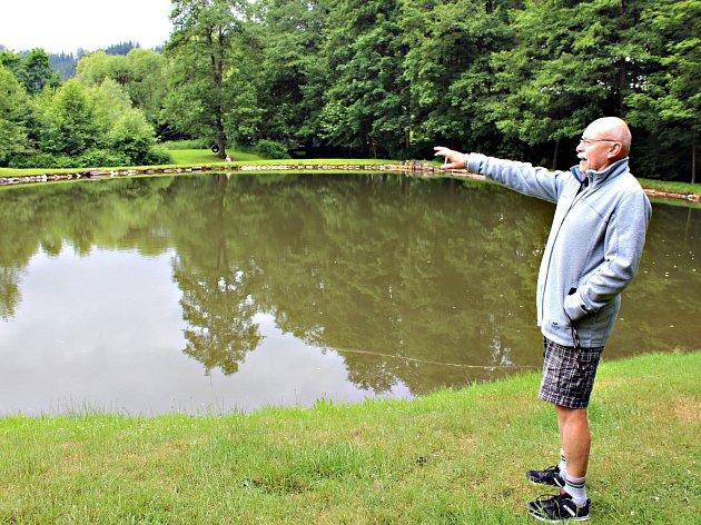 Majitel rekreačního areálu Jindřích Flégr ze Stříbrné ukazuje na vodní nádrž, do které nyní neproudí voda a z druhé strany jen odtéká. Sám by se chtěl o nádrž a okolí postarat. Nájemné mu ale přišlo vysoké.