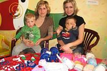KOORDINÁTORKA Nedoklubka Veronika Hřebejková společně s Vladimírou Nejdlovou z Heřmanovy Hutě připravily dárky pro maminky předčasně narozených dětí, které převzala vrchní sestra neonatologického oddělení FN v Plzni Dana Špidlenová společně s chovací asis