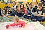 Za dětmi z 1. stupně na ZŠ Sokolov, Rokycanova chodí od začátku školního roku pravidelně každý měsíc nyní už osmiměsíční Agátka s babičkou.