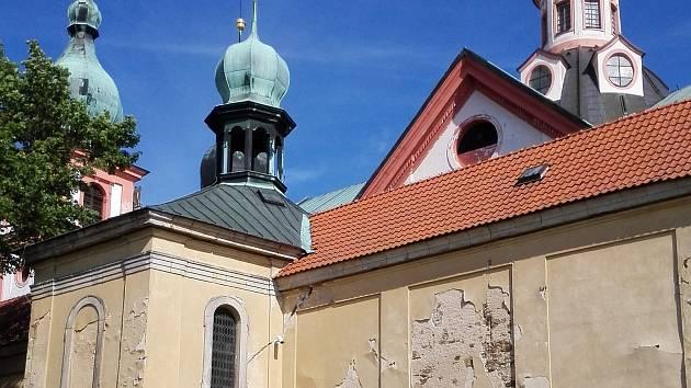 Areál poutního kostela v Chlumu Svaté Maří se dočká rozsáhlé rekonstrukce.