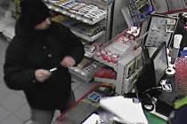 Záběry z bezpečnostních kamer z přepadení v Klášterci.