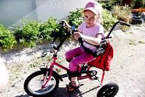 NATÁLKA HAJDUOVÁ se ve svých šesti letech zvládá pohybovat na speciálně upraveném kole i pomocí berliček. Lázně by jí měly dopomoct k učení se samostatné chůzi.