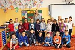 Žáci 1. třídy ZŠ Loket s paní učitelkou Veronikou Zikulovou.