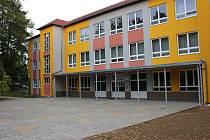 Základní škola ve Školní ulici bude mít novou jazykovou učebnu. V průběhu prázdnin tu město nechalo opravit prostranství před oběma pavilony školy.