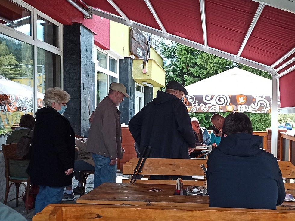Na točené pivo vyrazili štamgasti z Kraslic i sousedního Klingenthalu