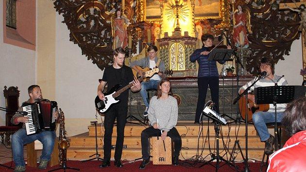 Májový folkový benefiční koncert kapely NaDen v krajkovském kostele sv. Petra a Pavla