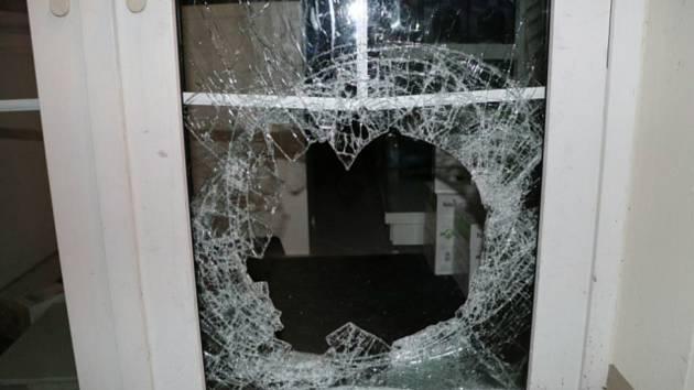 Zloděj se v době nouze kvůli koronaviru vloupal do jednoho ze sokolovských obchodů. Rozbil při tom kamenem vstupní dveře.