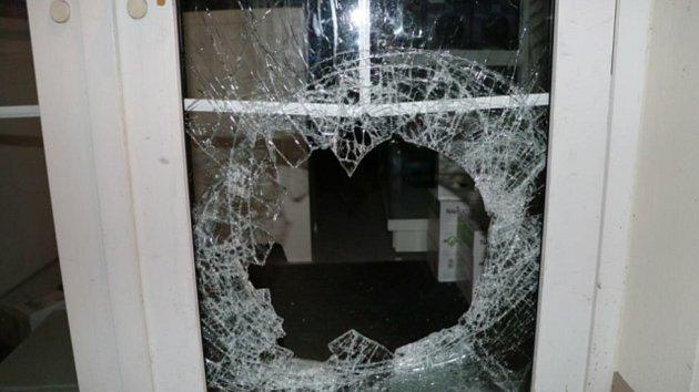 Zloděj se v době nouze kvůli koronaviru vloupal do jednoho ze sokolovských obchodů.