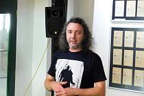 Martin Jiroušek na vernisáži výstavy v Městské knihovně Loket.