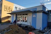 Základní škola v Rotavě. Dělníci na snímku zahájili práce na bezbariérovém přístupu do budovy školy