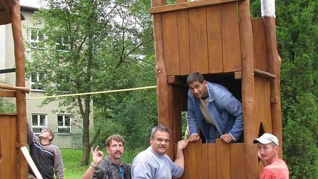 U Základní školy v Bukovanech vzniká nové dětské hřiště. Při jeho instalaci se dospělí dobře bavili.
