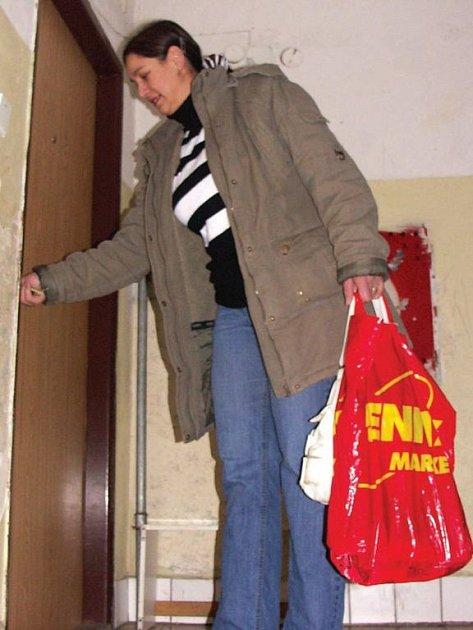 Monika Čonková odemyká byt, ve kterém je stále kvůli havárii odpojená voda.