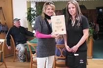 PIVNICE U SMRKŮ. Inspektorka distribuce Deníku Zdeňka Eichlerová předává servírce Haně Melčové certifikát Hospůdka roku 2011.