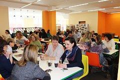 Během slavnostního uvedení do provozu zaplnili novou jídelnu nejen pedagogové, ale i hosté, kteří přišli současně oslavit se školou její 40. výročí.