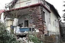 Opuštěnému domu se zbortila zeď, pod sutinami hasiči nikoho nenašli.