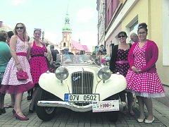 ROMANA TOUŠOVÁ vyráží na pravidelné dámské jízdy se svými kamarádkami ve staronovém Aeru 30 z roku 1936.