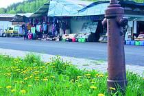 Nefunkční hydranty ztěžují práci hasičům. Příkladem byl rozsáhlý požár asijské tržnice v Hraničné u Kraslic.