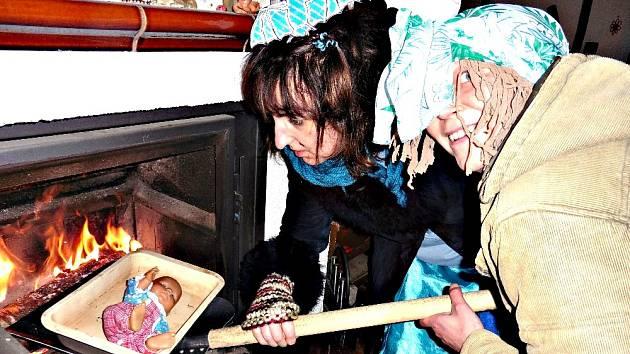 NADAČNÍ FOND Ještěřice připravuje druhý ročník Her bez hranic u hranic. Na snímku představují Ještěřice jednu z disciplín, kterou bude pečení neviňátek.