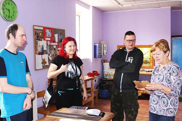 Organizátoři Milan Beran a Jitka Červenková si prohlédli vdoprovodu ředitelky Věry Bráborcové sociálně terapeutické dílny vChodově.