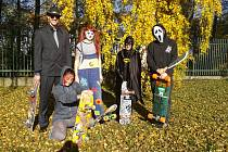 'SKEJŤÁCI' projeli Sokolovem v Halloweenských maskách