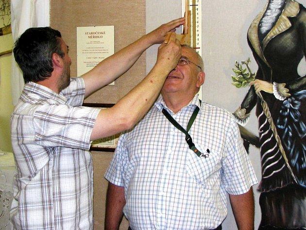 STAROSTA Královského Poříčí Ivan Stefan (vpravo) má smysl pro humor. Při jedné návštěvě statku Bernard se například nabídl, že se nechá přeměřit na původním staročeském měřidlu.