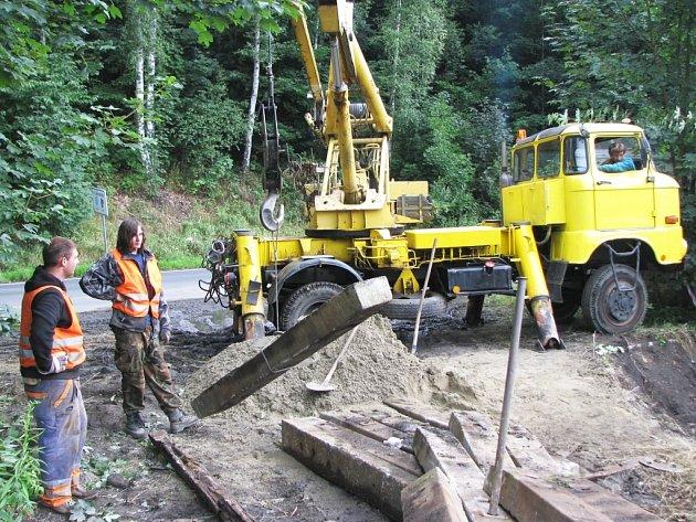 VÝLUKA. Soukromý přepravce Viamont se pustil do celkové rekonstrukce železničního svršku. Kvůli stavebním pracím nemohou vyjíždět vlaky. Ty nahradí autobusové spoje.