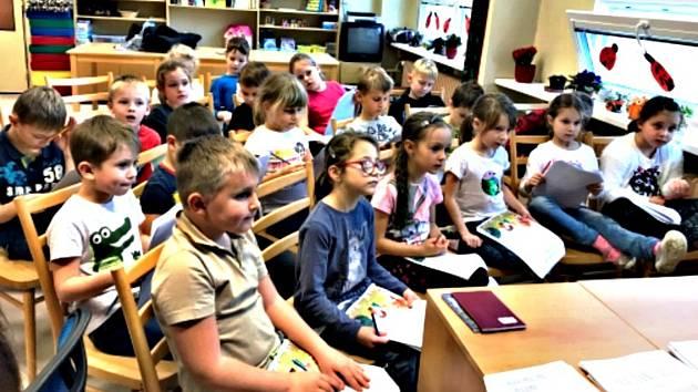 Jak bojovat s pokřivením páteře radí žákům ze základní školy Švabinského fyzioterapeutky sokolovské nemocnice.