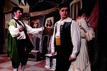 AMATÉRŠTÍ divadelníci trénují na Sokolovskou čurdu. Její program završí Divadelní studio D3 z Karlových Varů komedií Treperendy (na snímku).