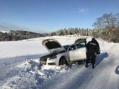 KRÁDEŽ AUDI polskému zloději nevyšla. S  autem zapadl nedaleko Podstrání na Sokolovsku.