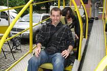 Někomu jízda na simulátoru vyvolá úsměv na tváři, jinému naopak rozhodí účes. Preventivní účinek má ale na každého.
