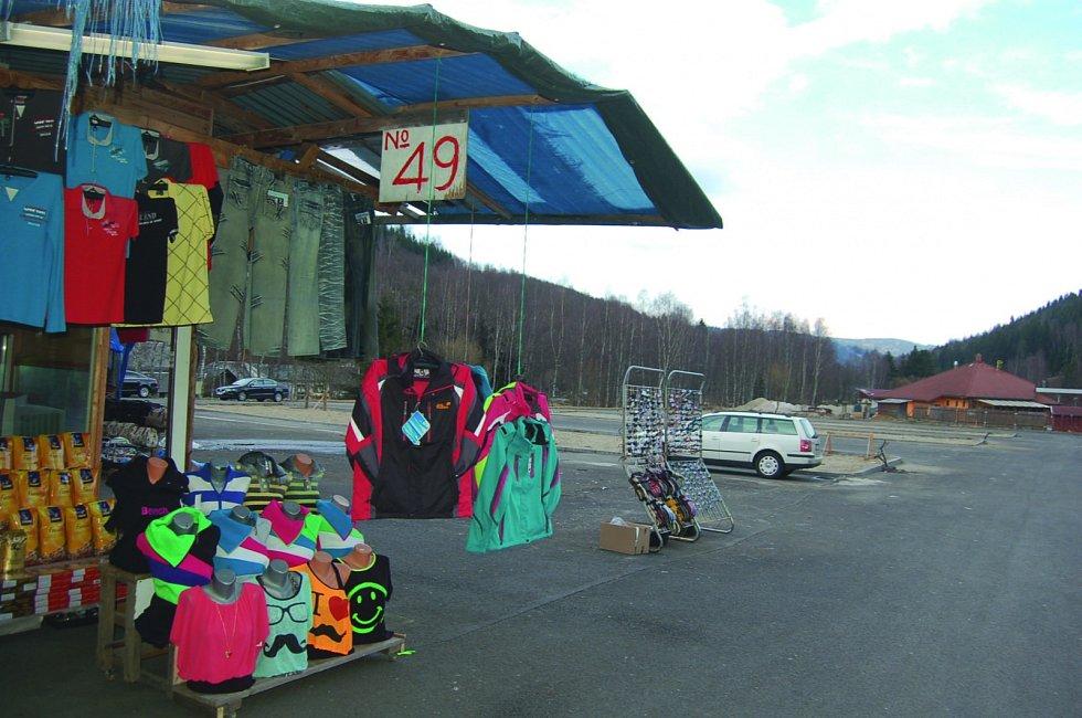 TRŽNICI u hranic připomíná už jen několik stánků. Ty nahradí zděné obchody. Místo obří tržnice pak společnost Travel Free vybuduje shop.