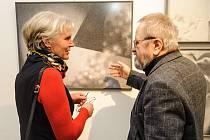 JIŘÍ JUN při vernisáži výstavy v Horácké galerii v Novém Městě na Moravě.