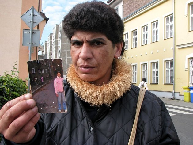 TRAGÉDIE. Matka zavražděné dívky Dana Petříková ukazuje fotografii, která jí po dceři zbyla.