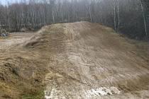 TAK VYPADÁ motokrosová trať u Horního Slavkova. Kdo ji zřídil, prý není známo.