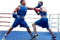 Sokolovský boxer Petr Brodský (vlevo)