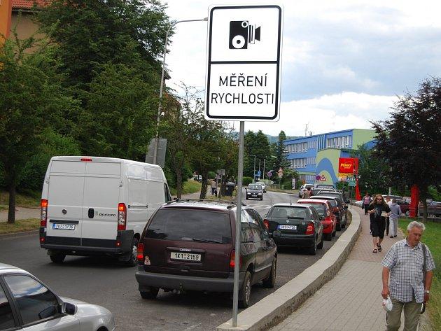 Značka upozorňující na měření v ulici B. Němcové