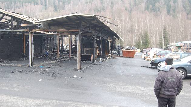 Tržnice po ničivém požáru.